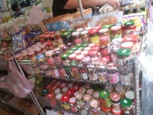調味料がずらりと並ぶマーケット